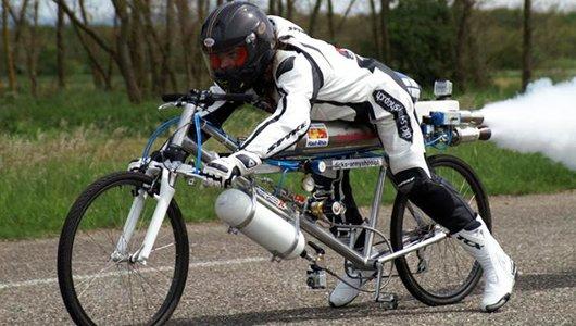 Francois Gissy sobre la bicicleta especial